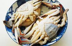 螃蟹,蒸锅加水,大火烧开后放入蟹子,再次开锅后转中火蒸15分钟,关火焖5分钟取出