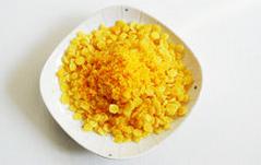 螃蟹,蒸蟹子时,将玉米片过油炸酥,与另外一只咸蛋酥(略微留一点装饰用)混合铺在盘子底部,将蒸好的蟹子摆在玉米片上,撒少许咸蛋酥在壳上点缀即可