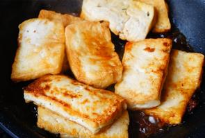 酱烧豆腐,锅内留油放一大勺蒜香酱,炒开酱,倒入煎好的豆腐