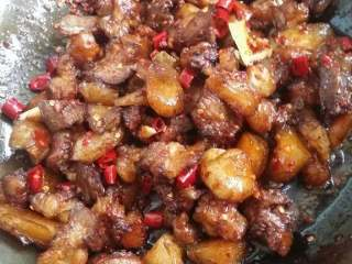 红烧牛筋,炒出香味了,就放,盐,酱油,蒜头,在炒几下转中火,放辣椒粉,辣椒节,少量辣酱,在炒几下,放香油,炒出香味