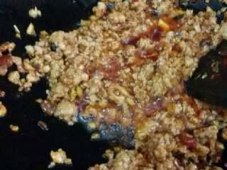茄子煲,放入肉馅炒散至熟,加入小红椒。