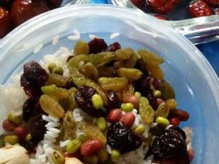 蜜枣什锦粽子,红枣泡1小时,蜜枣洗净备用。葡萄干,蔓越莓干洗净,放入糯米,红豆,绿豆,花生,莲子拌匀。