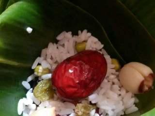 蜜枣什锦粽子,再放入适量粽米,1颗红枣。