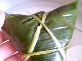 蜜枣粽子,用马蹄莲绑好。