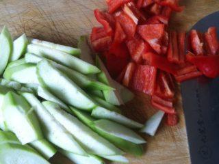 辣椒炒丝瓜,丝瓜削皮洗净切片,辣椒洗净切块