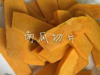 咸蛋黄焗南瓜,南瓜去皮切成均匀条状。