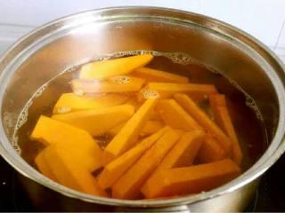 咸蛋黄焗南瓜,烧一锅热水,把南瓜条稍微焯一下水捞出,几秒就可以了,防止时间过长南瓜烂掉。