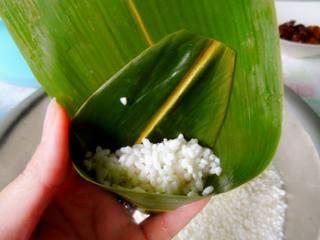 经典蜜枣粽子,粽叶根部弯曲呈圆锥头 放一小把糯米