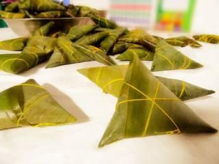 经典蜜枣粽子,把留出的那部分粽叶折过来裹上 然后用绳子绑起来