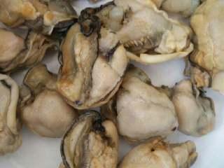 牡蛎紫菜汤,牡蛎干热水家一小勺小苏打泡发一晚。发好用清水冲净。我料酒腌几分钟。