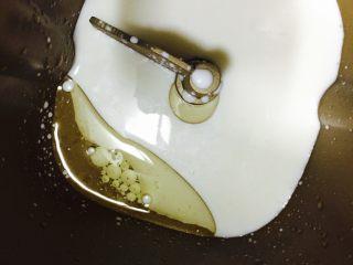 卷卷火腿肠,把牛奶和玉米油、糖倒入面包机内,再倒入面粉和酵母(此步可以在大盆里完成,手揉成面团就可以了)
