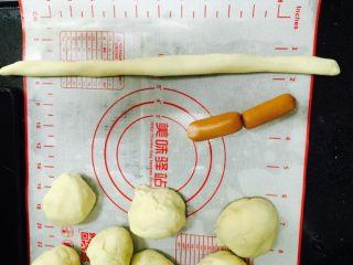 卷卷火腿肠,把面团搓长至火腿三倍长.