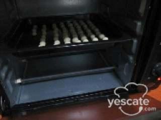 花生米豆,烤箱提前预热,170度上下火烤20分左右