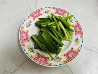 韭菜豆芽炒粉丝,韭菜洗净切寸段