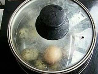 虎皮可乐鹌鹑蛋,鹌鹑蛋和土鸡蛋凉水入锅煮熟;