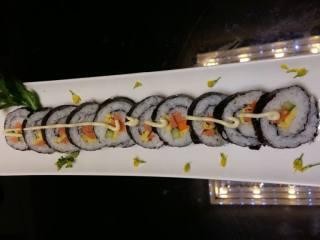 寿司,切好装盘,加以点缀!是不是比在寿司店吃的看起来有食欲啊(ฅ>ω<*ฅ)