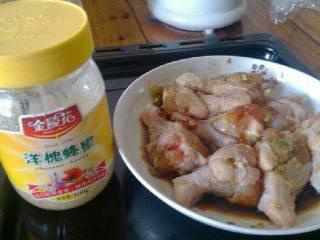 烤鸡腿,把葱姜和盐,料酒,胡椒粉,酱油,放入鸡腿里搅拌均匀腌制2个小时