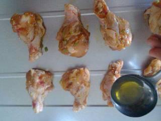 烤鸡腿,把鸡腿放烤箱盘里刷一层蜂蜜
