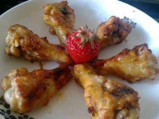 烤鸡腿,取出来。香喷喷的,用草莓装饰下。