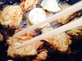羊肉茄盒,油锅7成热小火煎炸