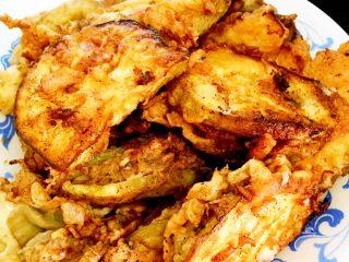 羊肉茄盒,双面金黄即可捞出,喜欢酥脆的口感直接食用