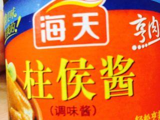 碌鵝(經典粵菜),鍋內留點油,開小火,倒入柱候醬,姜片,八角和桂皮。稍煸出香味,倒入生抽和適量的開水,大火煮開.