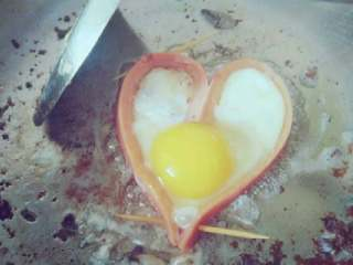 均衡营养爱心早餐组合,放入油锅 将鸡蛋打入火腿内 煎爱心荷包蛋