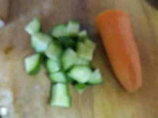 炒甜玉米粒,准备,黄瓜,胡萝卜切小丁