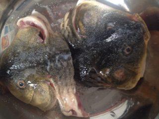 剁椒鱼头,鱼头处理干净,用盐腌制一小时(今天的鱼是家里那位自己钓的,所以不大)