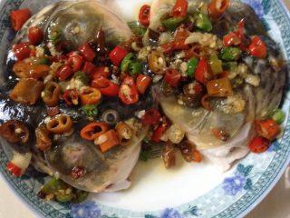 剁椒鱼头,鱼头上淋上炒好的剁椒,上锅蒸十二分钟即可