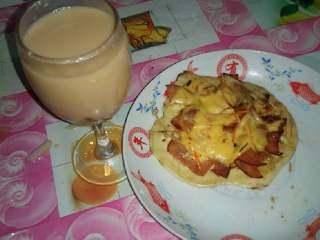 平底锅迷你披萨,下午吃的话搭配一杯红豆奶茶也是不错的。