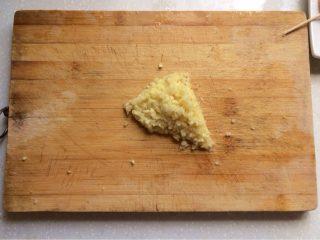 蒜蓉虾,将大蒜头剥好剁碎,极碎极碎。