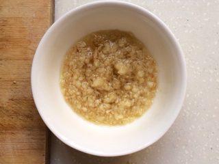 蒜蓉虾,装入小碗,加点盐,和胡椒。就成了蒜蓉。