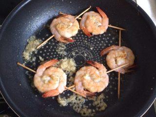 蒜蓉虾,锅中放油,小火煎基围虾,两面煎熟倒入蒜蓉。