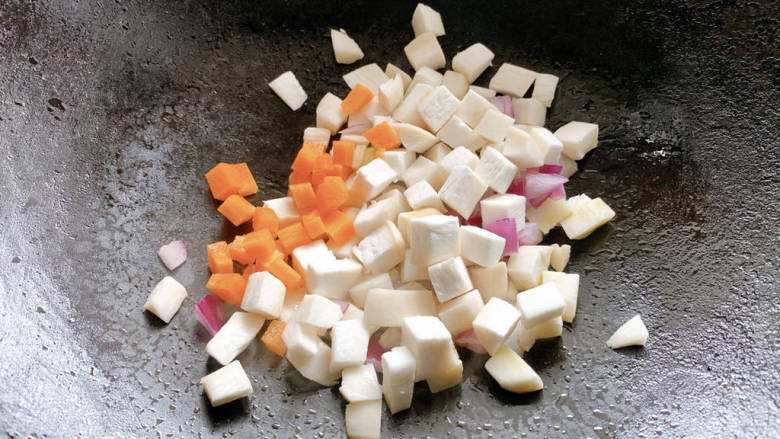 杏鲍菇炒鸡丁,再加入胡萝卜粒翻炒