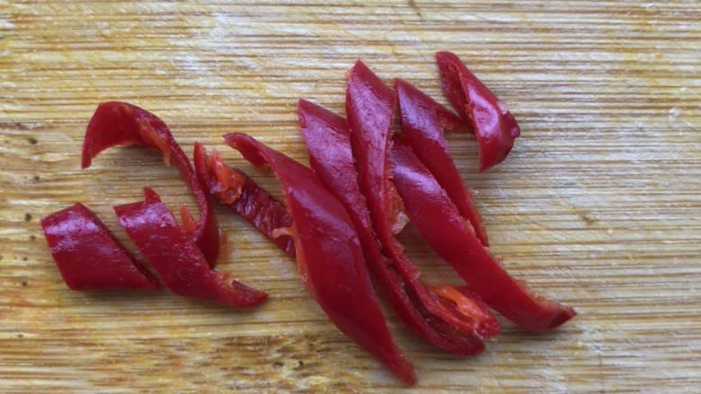 凉拌蒜蓉西兰花,尖椒去籽切丝。