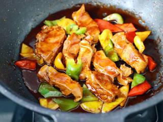 彩椒鸡腿饭,大火收汁即可关火。