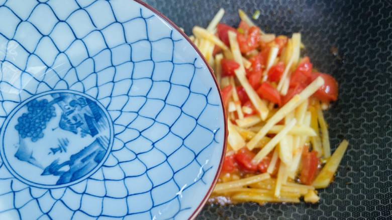 西红柿炒土豆丝,加入少许热水翻炒断生即可