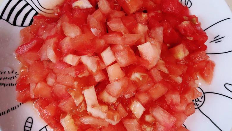 番茄藕丁,西红柿削皮,切成小丁儿待用。