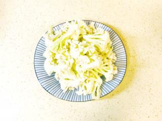 椒盐花菜,浸泡后,冲洗干净