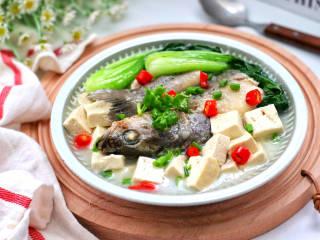 鲈鱼炖豆腐,鲜美无比,奶白色的鱼汤太好喝了,鱼肉的鲜嫩和豆腐的嫩滑,加点清爽营养的青菜,完美~