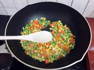 杂炒时蔬,加入白糖