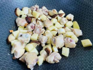 土豆香菇焖鸡,放入香菇和土豆翻炒片刻