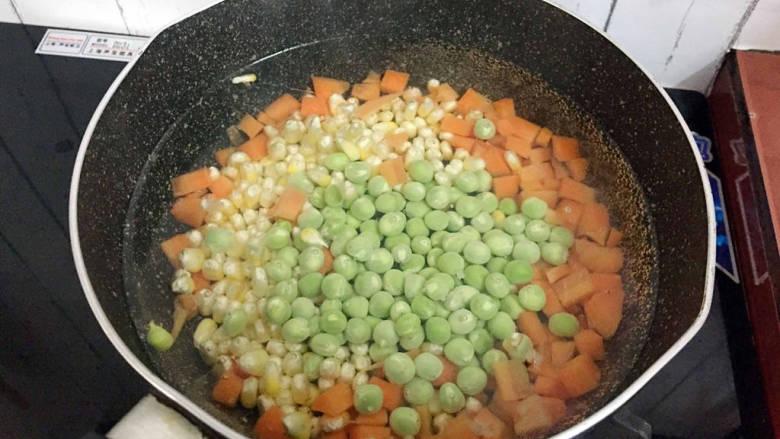 杂炒时蔬,最后放入豌豆焯水半分钟