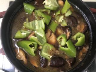 土豆香菇焖鸡,快熟的时候放入青椒。