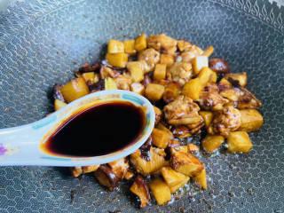 土豆香菇焖鸡,加入一勺生抽