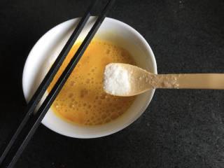 白萝卜炒鸡蛋,两个鸡蛋打散,加入一点点盐