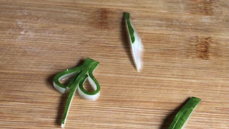 西红柿炒土豆丝,取少许黄瓜皮,切成自己想要的样子