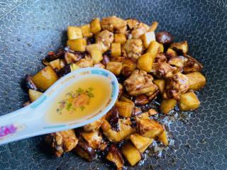土豆香菇焖鸡,加入两勺料酒