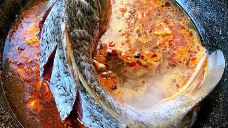 酱焖鲤鱼,先立放鲤鱼入锅让鲤鱼腹部先入味